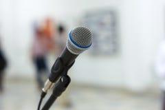 Mikrofon auf Stufe stockfotografie