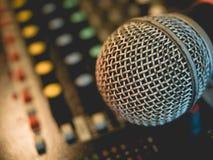 Mikrofon auf Verstärkerausrüstung und aus Fokushintergrund heraus : Lizenzfreies Stockfoto