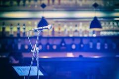 Mikrofon bakgrundsclosen isolerade den musikaliska studion för mikrofonen upp white En bar stång En restaurang grupp Fotografering för Bildbyråer