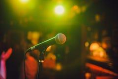 Mikrofon bakgrundsclosen isolerade den musikaliska studion för mikrofonen upp white En bar stång En restaurang klassisk musik mus royaltyfri bild