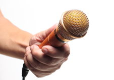 Mikrofon in der Hand auf weißem Hintergrund Lizenzfreie Stockfotografie