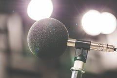 Mikrofon der hohen Genauigkeit im Geräuschton-Prüfungsraum mit LED-Licht bokeh Ausbildungs- und Schuleikonenset Mikrofon für Gerä stockfotografie