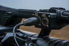 Mikrofon eingegeben zu einer modernen Kamera, wenn dem Adapter, der und die eingeschlossen sind, Schnur zu den drahtlosen Radiose Lizenzfreies Stockbild