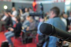 Mikrofon för frågor på konferensen. arkivbilder