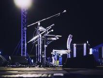 Mikrofon för händelse för musikfestival på konsertetapp royaltyfria foton