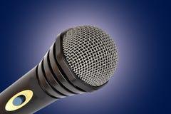 Mikrofon getrennt auf Blau Lizenzfreie Stockfotografie