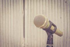 Mikrofon i bakgrunden av galvaniserat järn med extremt s Arkivfoton