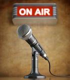 Mikrofon i den gamla studion med på lufttecknet Royaltyfri Foto