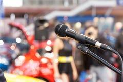 Mikrofon i fokus, mot suddig bakgrund presentation arkivfoton