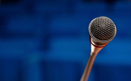 Mikrofon i konferenskorridor Royaltyfri Bild