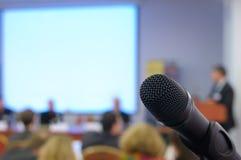Mikrofon i konferenslokal. Arkivbilder