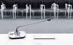 Mikrofon i konferensrum Arkivbilder