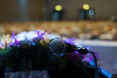 mikrofon i modern inre för konferenskorridor med vita stolar Arkivfoton