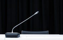 Mikrofon i presskonferensrum Arkivbilder