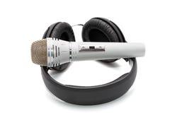 Mikrofon i telefony na bielu zdjęcie stock