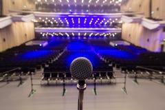 Mikrofon i tom konsertVenue Royaltyfri Bild