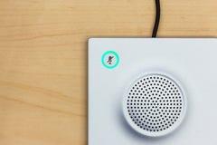 Mikrofon ikony zmiana i głośnik na drewnianym tle dla c, Fotografia Stock