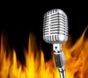 Mikrofon im Feuer Stockbild
