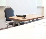 Mikrofon im Konferenzsaal lizenzfreie stockbilder