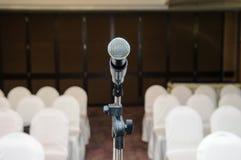 Mikrofon im Konferenzsaal Stockfoto