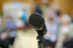 Mikrofon im Konzertsaal oder dem Konferenzsaal mit defocused bokeh beleuchtet im Hintergrund Extrem flacher DOF stockfotografie