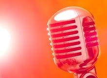 Mikrofon im strobelight Lizenzfreie Stockfotografie