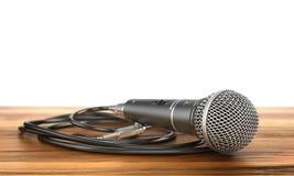 Mikrofon med kabel på en wood bakgrund Royaltyfri Fotografi