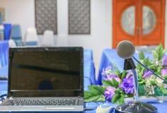 Mikrofon mit unscharfem Computer und Raum stockbilder