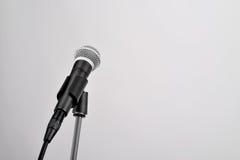Mikrofon na bielu Zdjęcie Stock