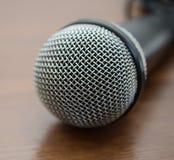 Mikrofon na drewnianym stole obraz stock