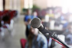 Mikrofon na scenie przeciw t?u audytorium obrazy royalty free