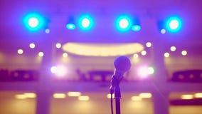 Mikrofon na stojaku na scenie światła na tle, w górę, Czekać na występy seminaryjna głośnikowa konferencja zdjęcie wideo