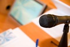 Mikrofon na stole w sala konferencyjnej obrazy stock
