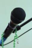 Mikrofon na zielonym różanu i tle zdjęcia royalty free
