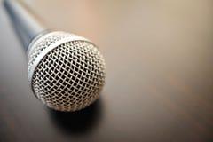 Mikrofon nah oben auf einer Holzoberfläche Lizenzfreies Stockbild