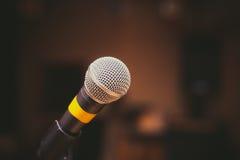 Mikrofon nah oben im Musikstudio Lizenzfreies Stockbild
