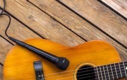 Mikrofon och en klassisk gitarr arkivfoto
