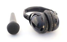 Mikrofon och hörlurar över white fotografering för bildbyråer