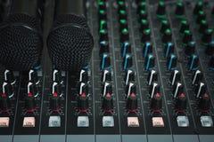 Mikrofon- och mikrofonkontroll arkivbild