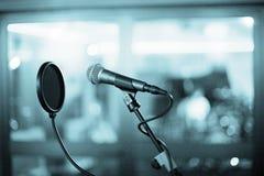 Mikrofon och popsköld i inspelningstudio royaltyfri bild