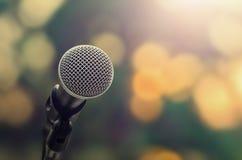 mikrofon på abstrakt blureljusbokeh Arkivbilder