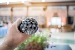 Mikrofon på abstrakt suddigt av anförande i seminariumrum eller spea Royaltyfria Foton