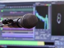Mikrofon på bakgrunden av datorbildskärmen Hem- inspelningstudio Närbild Fokusen i förgrunden fotografering för bildbyråer