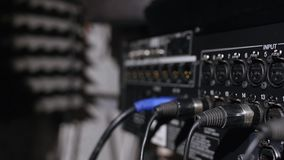 Mikrofon på en ställning som lokaliseras i ett bås för musikstudioinspelning under bottenlägetangentljus Royaltyfri Bild