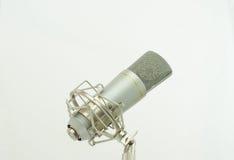 Mikrofon på en vitbakgrund Arkivfoto