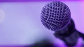 Mikrofon på etapp med färgrik belysning arkivfilmer
