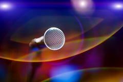 Mikrofon på etapp mot en bakgrund av salongen Royaltyfria Bilder