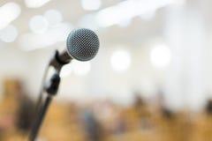 Mikrofon på etapp på konserten Royaltyfria Bilder