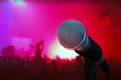 Mikrofon på etapp under konserten Arkivbild