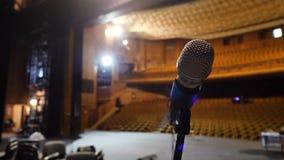 Mikrofon på etappen och tom korridor under repetitionen Mikrofon på etapp med etapp-ljus i bakgrunden Royaltyfri Fotografi